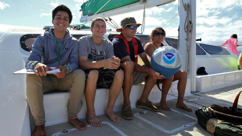 Uczniowe podczas rejsu inaugurującego program (NOAA)
