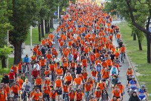 Masa pomarańczowych rowerzystów