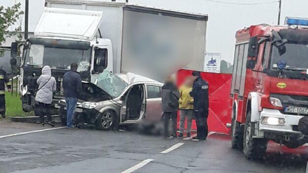 Śmiertelny wypadek pod Warszawą. Auto zderzyło się z ciężarówką