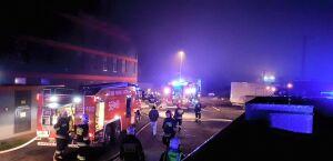 Nocny pożar hali produkcyjnej. Straż: doszczętnie spłonęła
