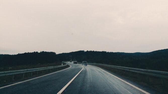 Trudne warunki drogowe w połowie kraju