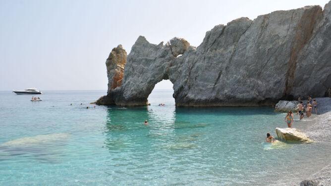 """Turyści kradną plażę, która zagrała w """"Mamma Mia!"""". Miejscowi mają dość"""